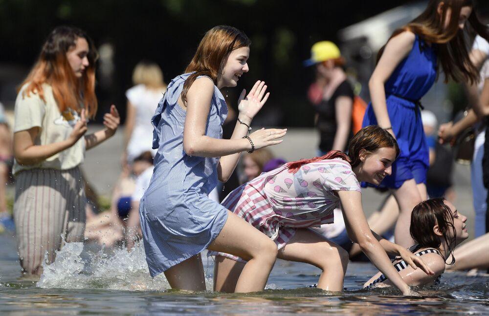 Unas chicas se refrescan en una fuente del Parque Gorki de Moscú durante el calor del mediodía.