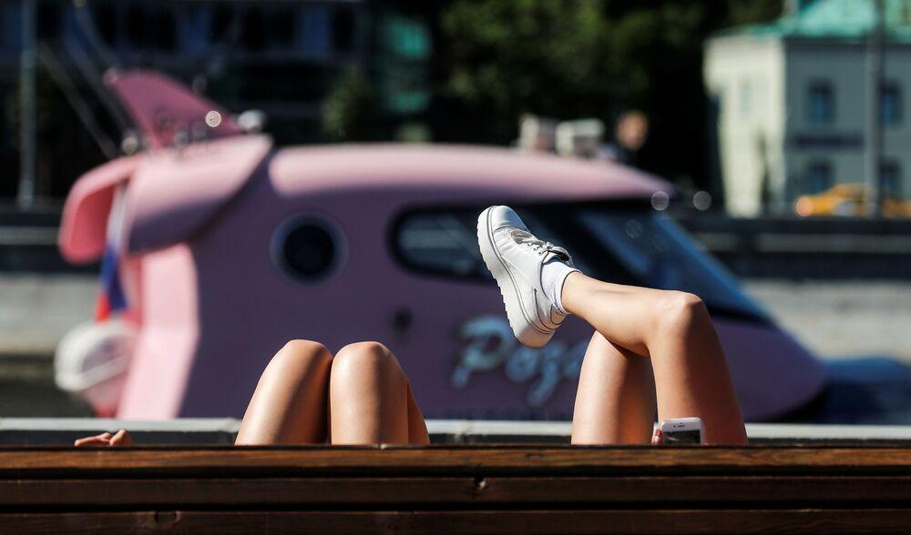 Mujeres descansan en el malecón del río Moskva en un caluroso día de verano en el centro de Moscú.
