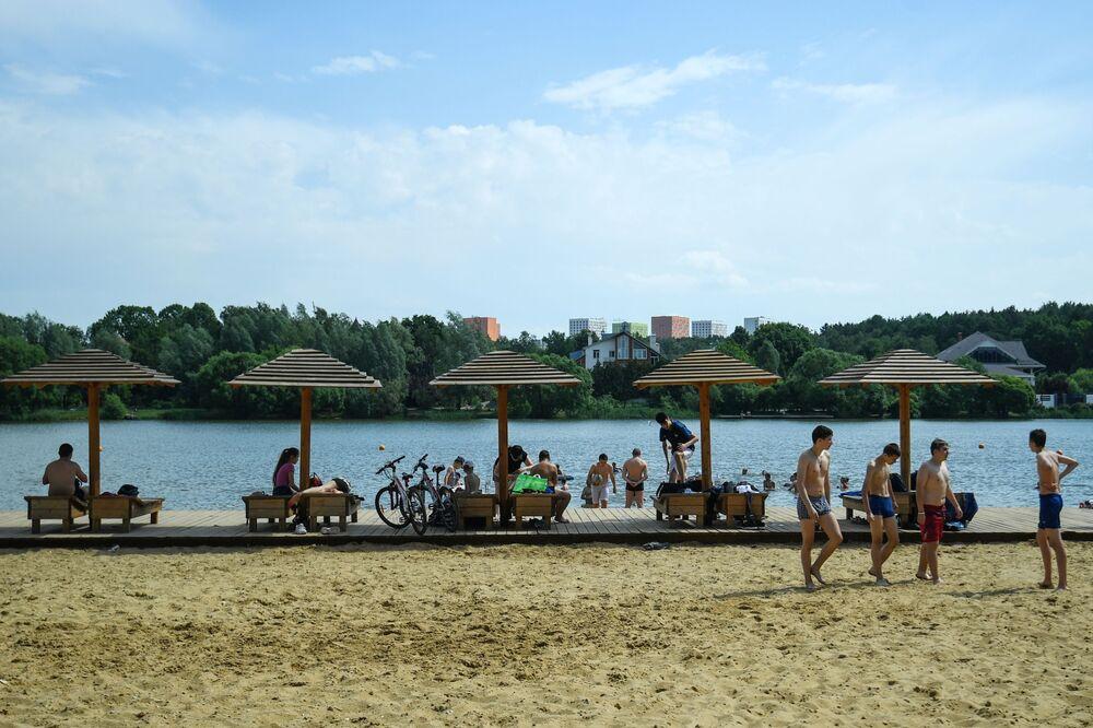 Moscovitas a orillas de un estanque en la zona recreativa de Meshchérskoye.