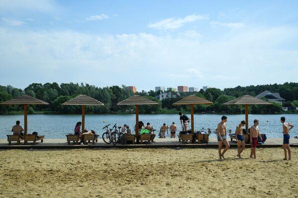 Moscovitas a orillas de un estanque en la zona recreativa de Meshchérskoye. - Sputnik Mundo