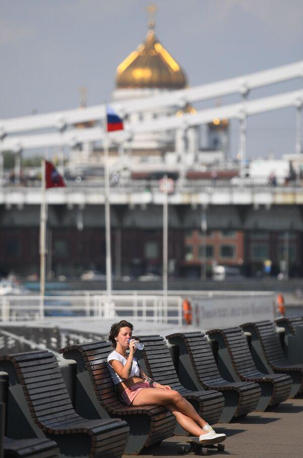 Una chica sentada en un banco en el Parque Gorki. - Sputnik Mundo