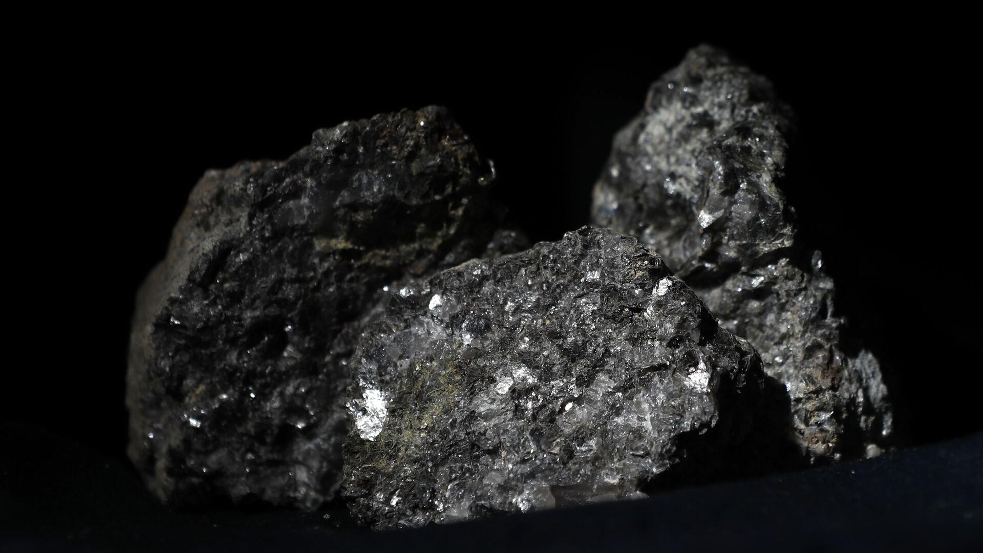 Partículas de litio brillan en la superficie de un mineral  - Sputnik Mundo, 1920, 28.04.2021