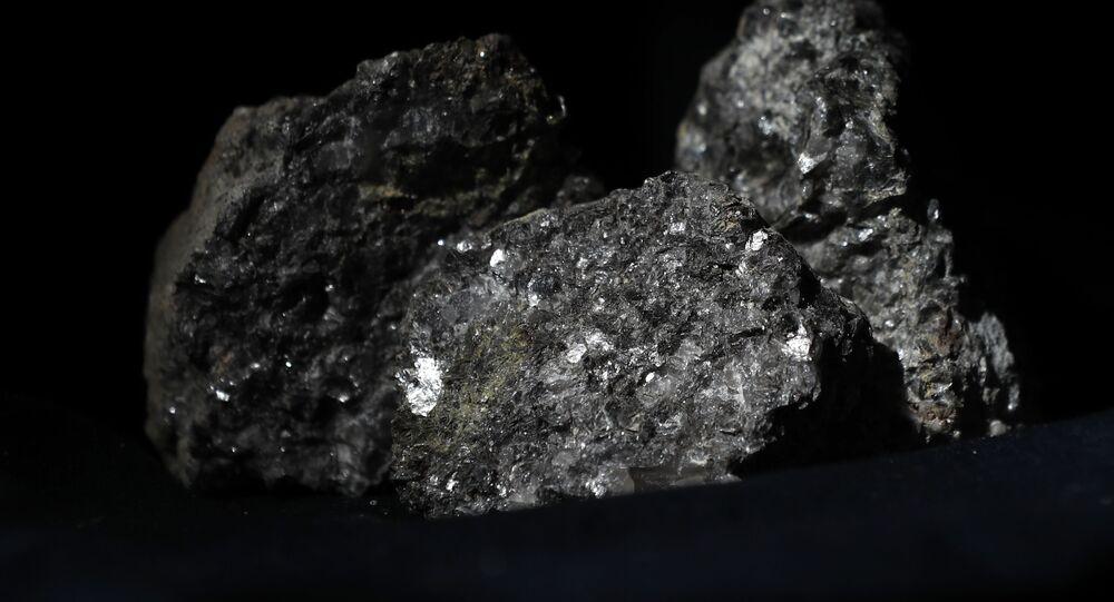 Partículas de litio brillan en la superficie de un mineral