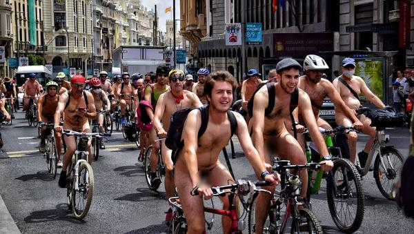 Protesta de ciclistas desnudos en Madrid - Sputnik Mundo