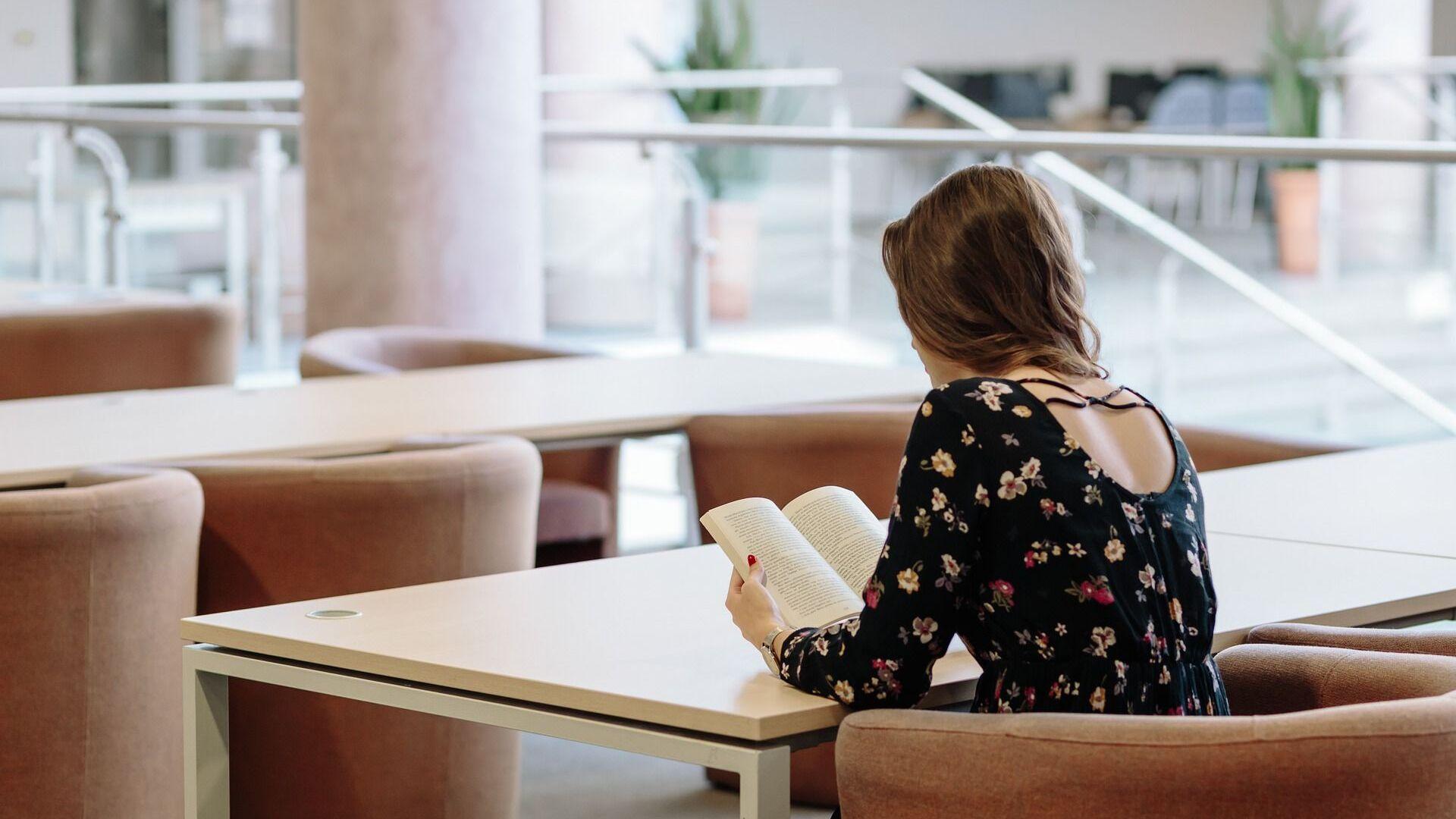 Una joven lee un libro - Sputnik Mundo, 1920, 02.07.2021