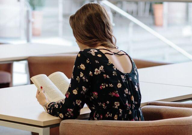 Una joven lee un libro