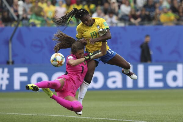La portera jamaiquina Sydney Schneider y la brasileña delantera Ludmila se enfrentan durante el Mundial 2019 - Sputnik Mundo