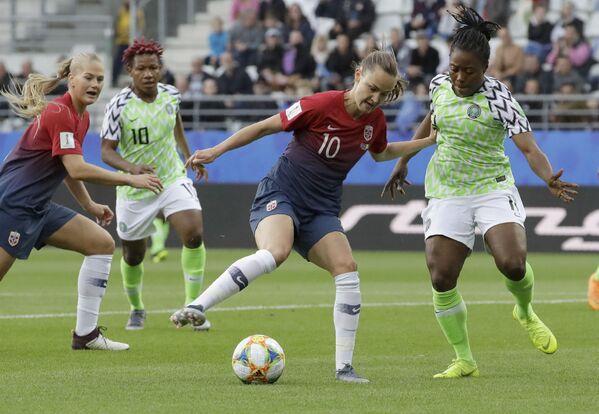 La noruega Caroline Graham Hansen se enfrenta a la nigeriana Faith Michael en el Mundial 2019 - Sputnik Mundo