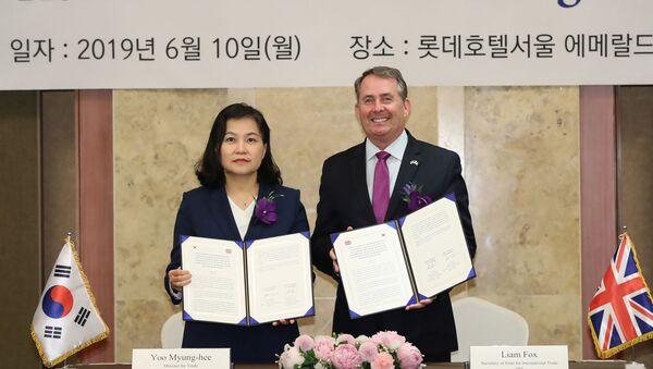 La ministra surcoreana de Comercio, Yoo Myung-hee, y el secretario de Estado británico para Comercio Internacional, Liam Fox - Sputnik Mundo