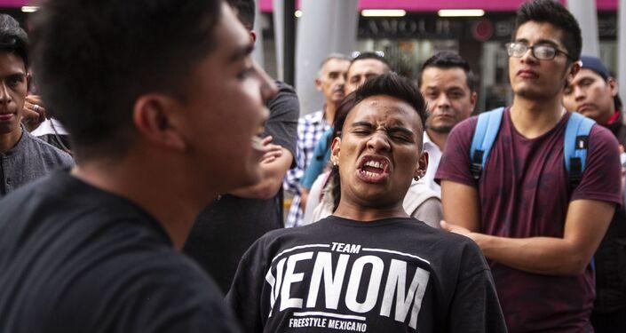 Ciudad de México: John Connor, ganador de la batalla, frente a Veliko rapea en la Glorieta de los Insurgentes