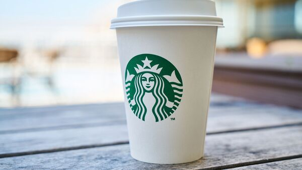 Un vaso de café de Starbucks - Sputnik Mundo