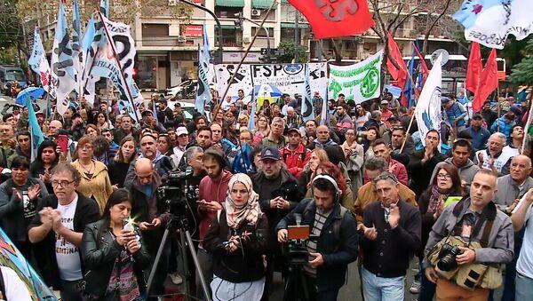 Los argentinos protestan ante la Embajada del Reino Unido por la soberanía de las Malvinas - Sputnik Mundo