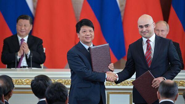 El presidente de MTS, Alexéi Kornia, y el ejecutivo de Huawei, Guo Ping, durante la firma del acuerdo - Sputnik Mundo