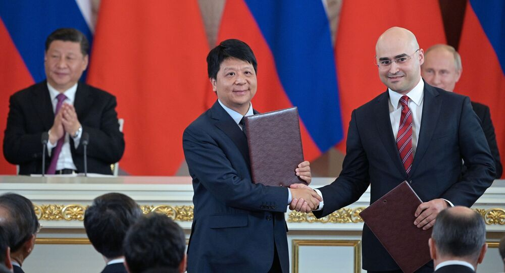 El presidente de MTS, Alexéi Kornia, y el ejecutivo de Huawei, Guo Ping, durante la firma del acuerdo