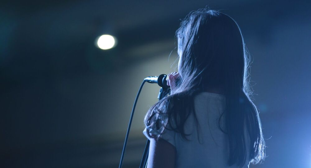 Una niña en un escenario