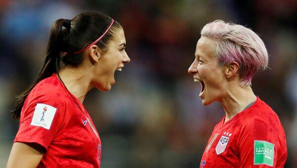 Alex Morgan, de la selección de EEUU, celebra el gol número 12 contra Tailandia con Megan Rapinoe  - Sputnik Mundo