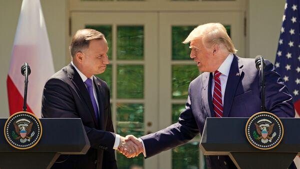 El presidente de Polonia, Andrzej Duda, y el presidente de EEUU, Donald Trump - Sputnik Mundo