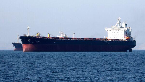 Un tanque petrolero en el puerto iraní Bandar Abbas (archivo) - Sputnik Mundo