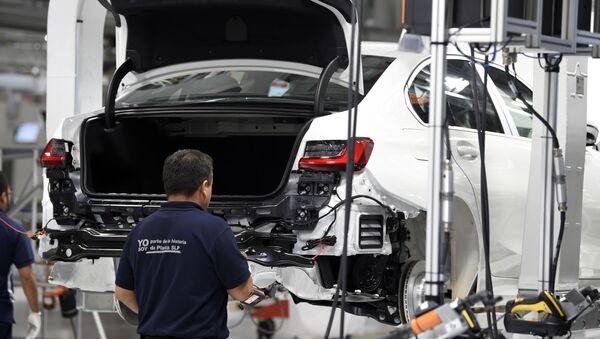 Un empleado en la planta de BMW en San Luis Potosí en México - Sputnik Mundo