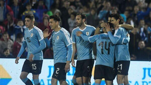 Futbolistas de Uruguay celebran un gol durante un encuentro amistoso - Sputnik Mundo