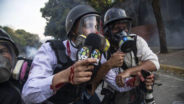 Periodistas en una manifestación opositora en Venezuela - Sputnik Mundo