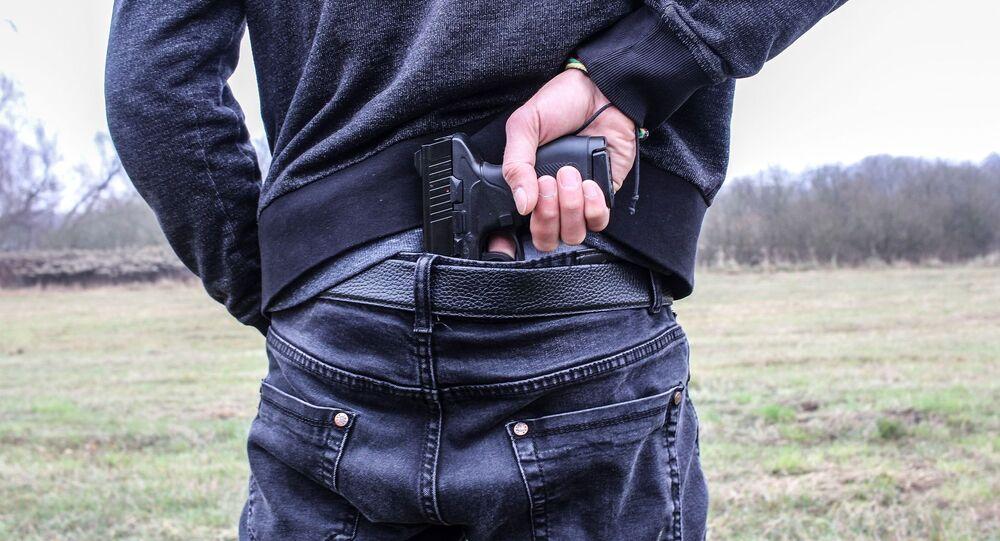 Un hombre con la pistola