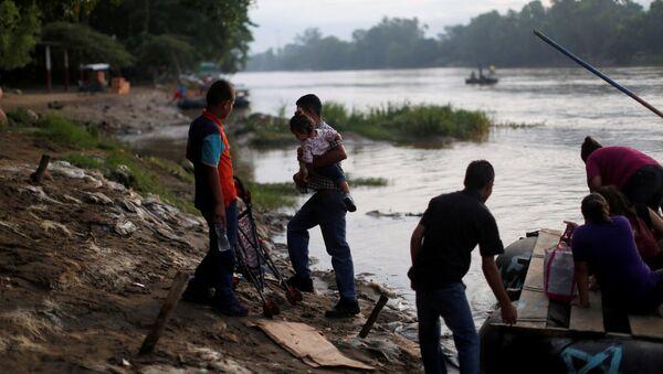 Migrantes centroamericanos intentan cruzar a México por el río Suchiate, en Chiapas, frontera con Guatemala - Sputnik Mundo