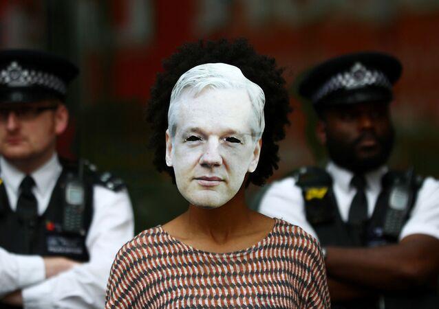 Careta con el rostro del ciberactivista Julian Assange