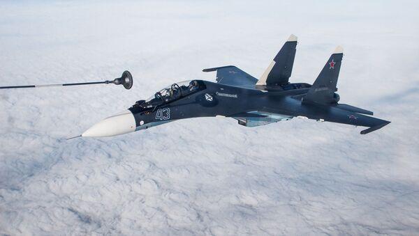 Reabastecimiento de un caza Su-30SM - Sputnik Mundo