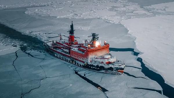 Así rompe los hielos del Ártico el 'tiburón' atómico de Rusia - Sputnik Mundo