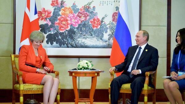 La primera ministra del Reino Unido, Theresa May, y el presidente ruso, Vladímir Putin - Sputnik Mundo