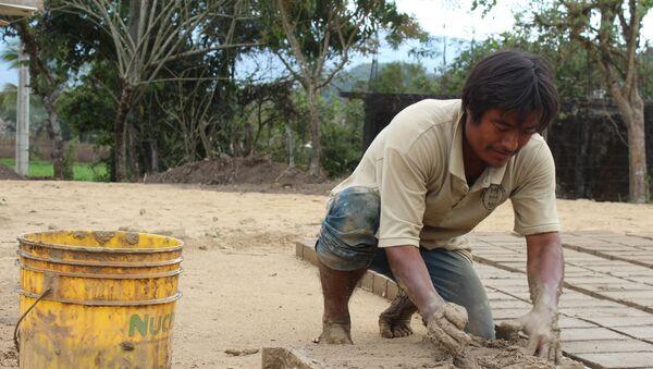 Un hombre fabrica ladrillos en Oaxaca (México) - Sputnik Mundo