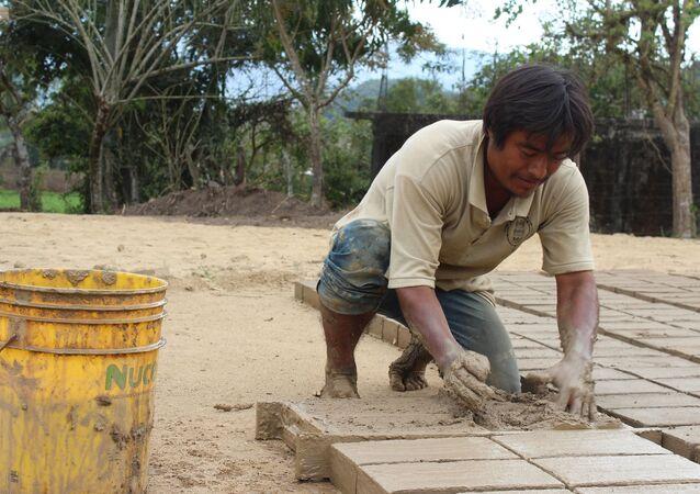 Un hombre fabrica ladrillos en Oaxaca (México)