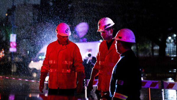 Técnicos de la compañía de electricidad Edenor trabajan para reparar un generador durante un apagón en Buenos Aires (Argentina), el 16 de junio de 2019 - Sputnik Mundo