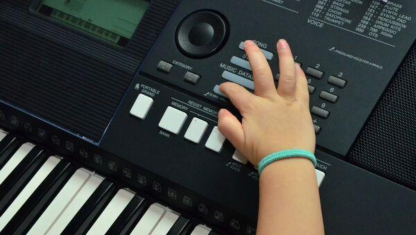 Las manos de una niña (imagen referencial) - Sputnik Mundo