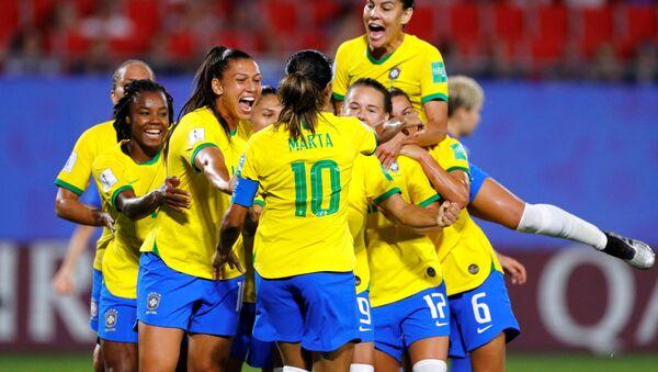 La selección brasileña celebra el triunfo sobre Italia en el Mundial Femenino Francia 2019 - Sputnik Mundo