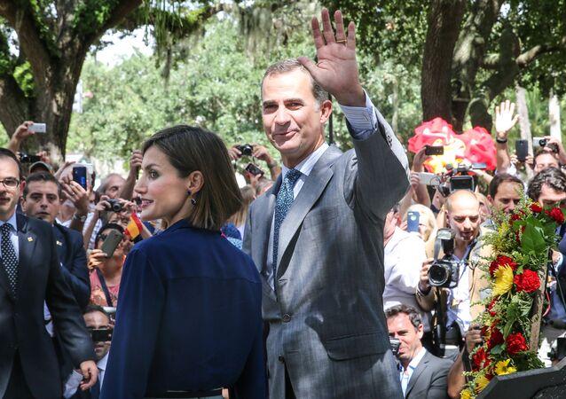 El rey Felipe VI y la reina Letizia visitan el monumento a la Constitución española en la Plaza de la Constitución en San Augustín