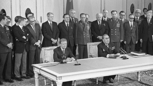 El secretario general de la URSS Leonid Brézhnev y el presidente de EEUU Jimmy Carter durante la firma del SALT II - Sputnik Mundo