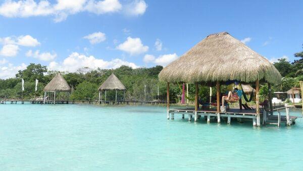 La paradisíaca Laguna de los Siete Colores, en Quintana Roo, México - Sputnik Mundo
