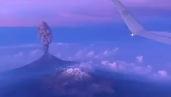 Vista a vuelo de pájaro de la erupción del volcán Popocatépetl - Sputnik Mundo