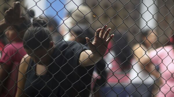 Migrantes venezolanos esperan en el punto de control en la frontera entre Ecuador y Perú - Sputnik Mundo