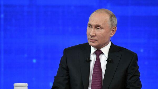 El presidente de Rusia, Vladímir Putin, durante la 'Línea directa'  - Sputnik Mundo
