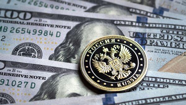Billetes de dólares y una moneda del rublo - Sputnik Mundo