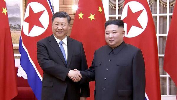 El presidente de China, Xi Jinping, y el líder norcoreano, Kim Jong-un - Sputnik Mundo