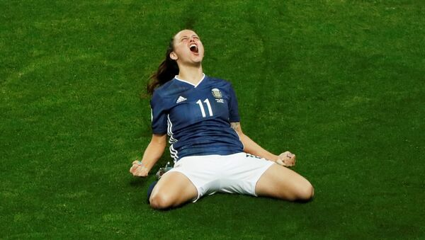 La futbolista argentina Florencia Bonsegundo celebra un gol en el partido frente a Escocia por la Copa del Mundo femenina - Sputnik Mundo