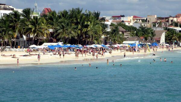 Turistas en la playa del Carmen, México - Sputnik Mundo