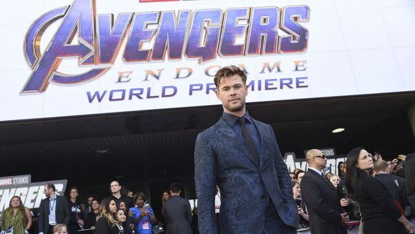 El logo de la película 'Vengadores: Endgame'  y el actor Chris Hemsworth  - Sputnik Mundo