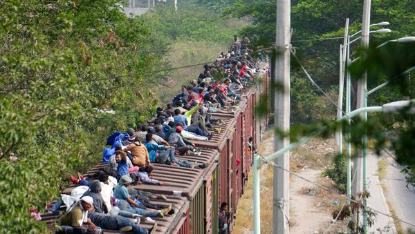 Migrantes centroamericanos cruzando México - Sputnik Mundo