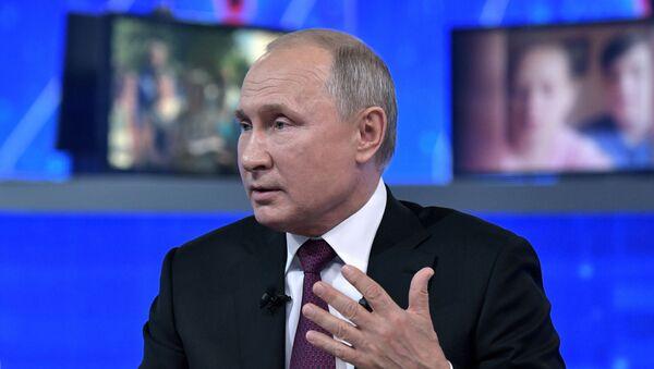 El presidente de Rusia, Vladímir Putin, en la 'Línea directa' - Sputnik Mundo