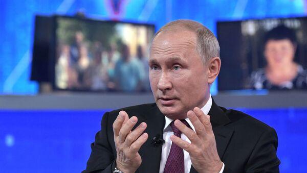 El presidente de Rusia, Vladímir Putin, en la 'Línea directa' de 2019  - Sputnik Mundo
